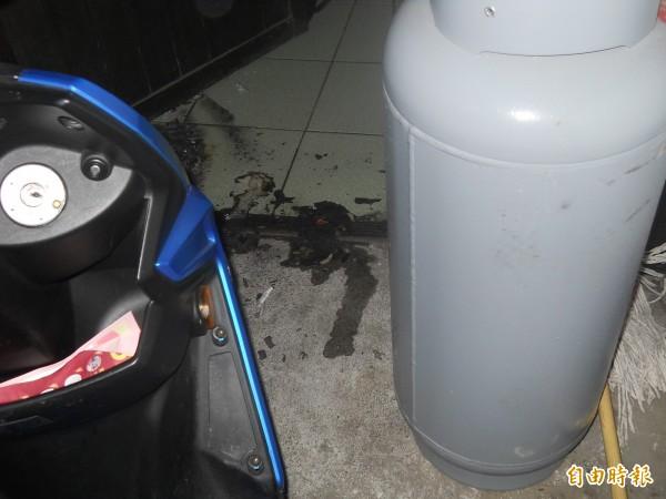 田姓男子還揚言引燃置於戶外的瓦斯桶,讓附近住戶飽受驚嚇。(記者佟振國攝)