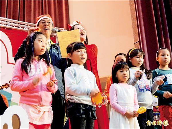 民進黨副總統候選人陳建仁昨在台北天母參加「聖誕音樂劇」,陳還戴上耶誕帽與小朋友合唱兒歌。(記者葉冠妤攝)