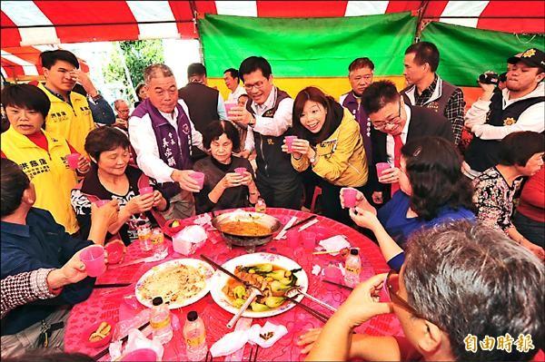 林佳龍與洪慈庸到寶興宮參加老人共餐活動,逐桌與民眾問候。(記者李忠憲攝)