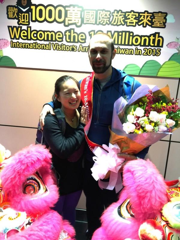 台灣第1千萬名觀光客於今晨正式出爐,於今早5點多從洛杉磯入境的美國男子克里斯多福(右)就是這位幸運旅客。(中央社)