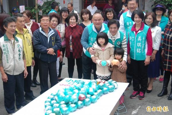 民進黨新北市第10選區立委候選人吳琪銘競選總部,今天聚集大批支持者,送回逾3百隻小豬,還有3歲小朋友在爸媽陪同下響應活動。(記者張安蕎攝)