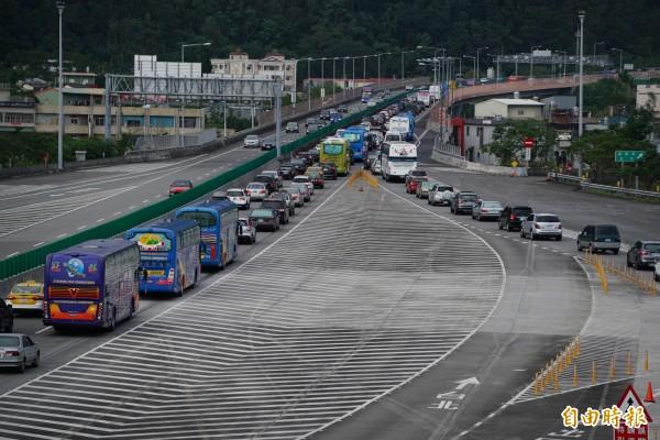 雪隧南口外的北上車陣一度回堵6公里。(記者江志雄攝)
