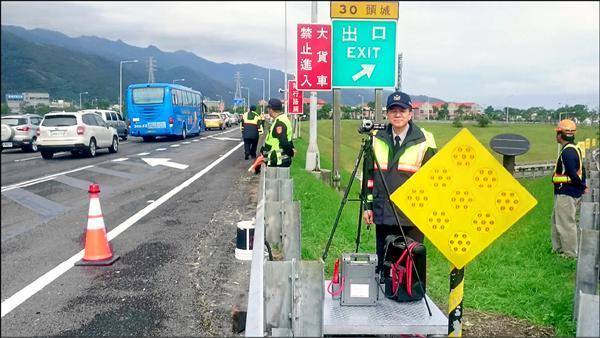 國9隊在頭城交流道出口架設攝影機,取締從路肩違規轉入主線的小客車。(國9隊提供)