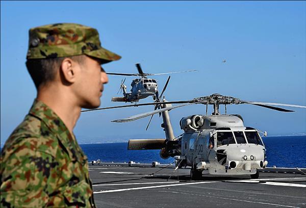 日本防衛省有意增加在石垣島部署直升機部隊。圖為今年九月日美聯合演習中,一架海鷹式直升機降落在號稱「直升機航空母艦」的日本海上自衛隊「日向號」護衛艦上。(法新社檔案照)