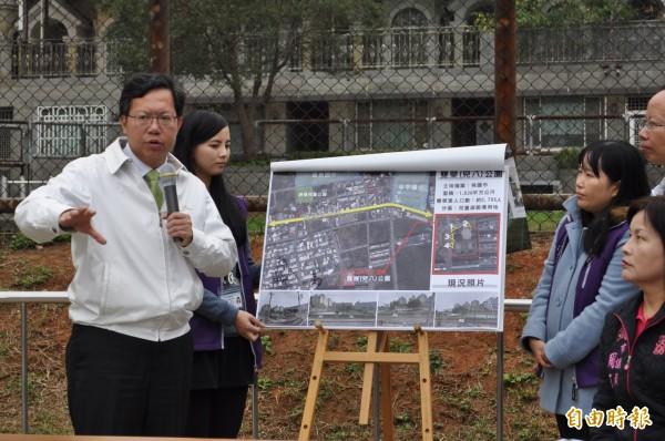 桃園市長鄭文燦(左)說,要新建雙榮生活圈親子館,也作為居民集會所。(記者周敏鴻攝)