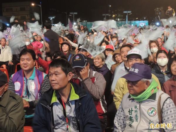 選情進白熱化,民進黨總統候選人蔡英文今晚參加湖口鄉造勢大會,以「4個深耕,改變新竹」發表演說,受到支持者熱情歡呼。(記者廖雪茹攝)