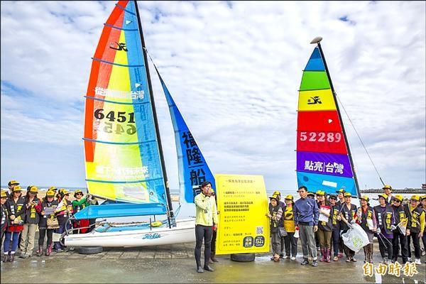 黃國昌發表海洋政策,並實地下水揚帆、淨灘。(記者林欣漢攝)