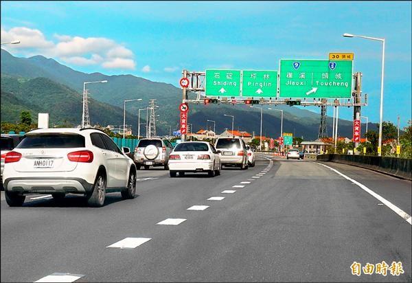 國道5號試辦主線紅綠燈儀控措施,史上頭一遭。(記者江志雄攝)