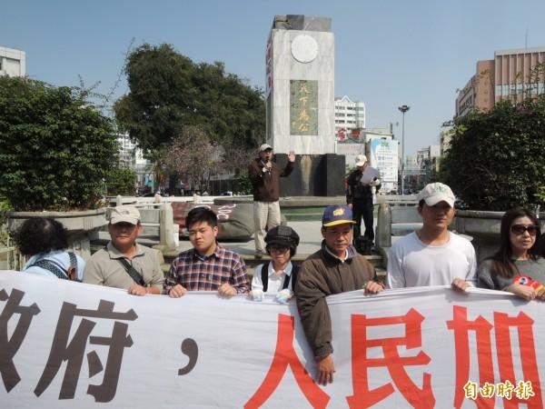 公投護台灣聯盟總召蔡丁貴(後中發言者)等人,在去年動員把湯德章紀念公園內的孫文銅像給拆除,今一審判決出爐,判處拘役40天。(資料照,記者王俊忠攝)