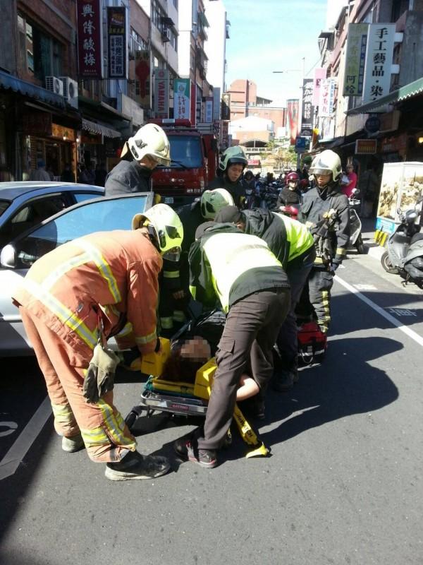 警消趕往救援,將徐女固定在長背板上送醫。(記者黃捷翻攝)