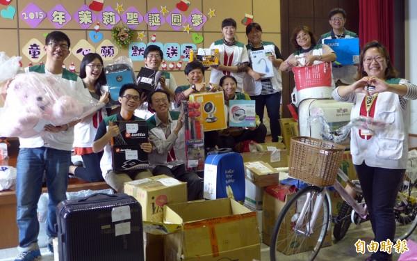 家扶童畫下心願禮物,北台南家扶中心陸續接獲民眾認養的聖誕禮物,社工、志工忙分類處理。(記者王涵平攝)