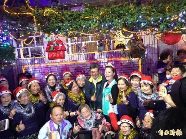 陳建仁與吳思瑤到北投吉慶里「聖誕巷」慶祝耶誕節。(記者何世昌攝)