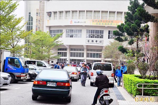 國民黨週一在聯合大學辦造勢活動,結束時群眾出場,門口交通大打結,教職員出入不得。(記者彭健禮攝)