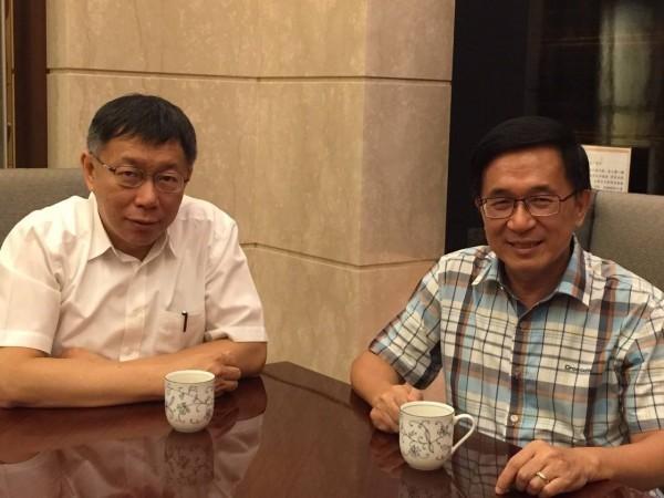 柯文哲聽到陳水扁在獄中的遭受的待遇,忍不住哭了。(擷取自陳致中臉書)