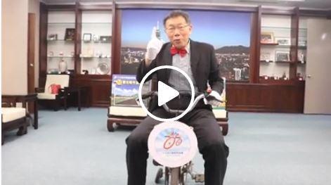柯文哲騎三輪車的廣告引起網友熱烈討論。(圖擷取自影片)