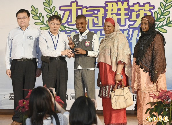 台北市長柯文哲(左二)出席台北市公私立中等學校優良學生頒獎典禮,蘭雅國中Haruna A.NAMAIRAGE(中)上台受獎。 (記者陳志曲攝)