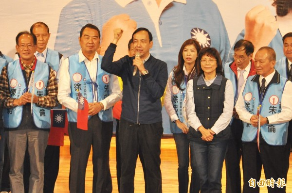 國民黨總統候選人朱立倫(中)合體王如玄(右二)造勢。(資料照,記者彭健禮攝)