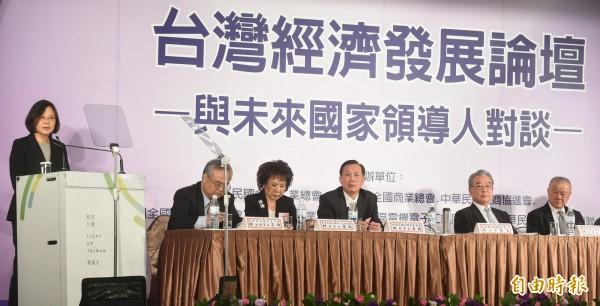 民進黨總統候選人蔡英文22日下午赴福華飯店,參加七大工商團體主辦的台灣經濟發展論壇。(記者劉信德攝)