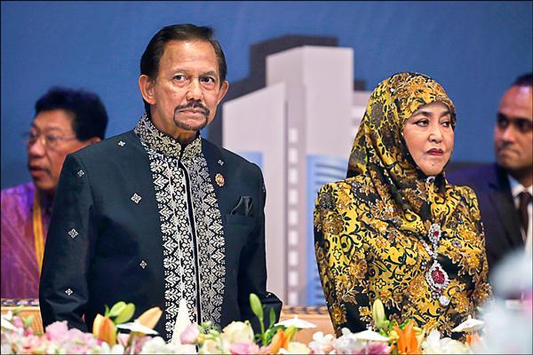 在位近50年的汶萊蘇丹哈山納.包奇亞(左),擔心境內穆斯林被「誘惑」,不許民間公開慶祝耶誕。圖為他和妻子薩拉赫(右)連袂出席上月在馬來西亞首都吉隆坡舉行的第27屆東南亞國協高峰會。(美聯社檔案照)