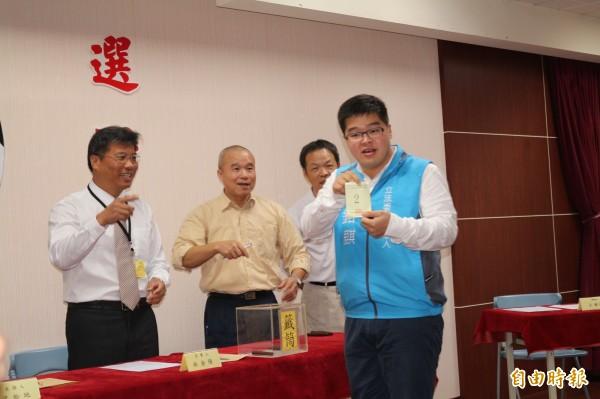 張鎔麒抽到第一選區2號。(記者詹士弘攝)