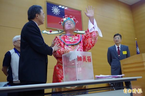 黃宏成台灣阿成世界偉人財神總統抽籤前發言,監察小組召集人蔡碧仲(左)上前溝通,請他先抽籤。(記者王善嬿攝)