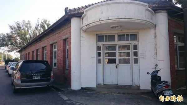 蕭壠文化園區旁的紅樓建築,將整修成為「文資建材銀行」。(記者劉婉君攝)