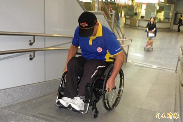 基隆火車站北站無障礙斜坡道陡峭,輪椅族喊危險。(記者盧賢秀攝)