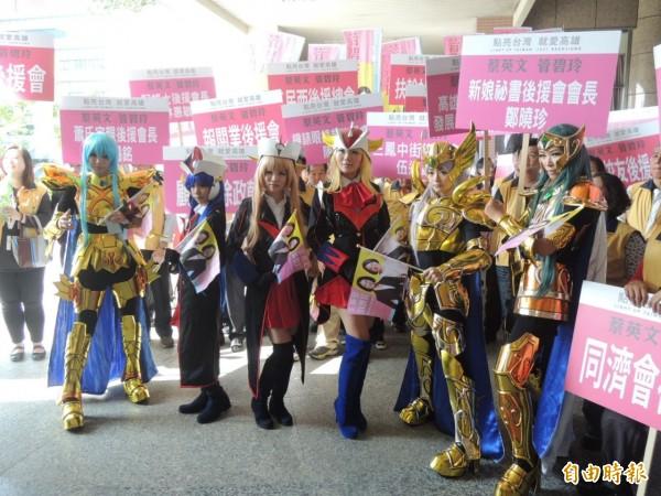 立委管碧玲陣營派出cosplay聖鬥士與女無敵鐵金剛、聲勢驚人。(記者王榮祥攝)