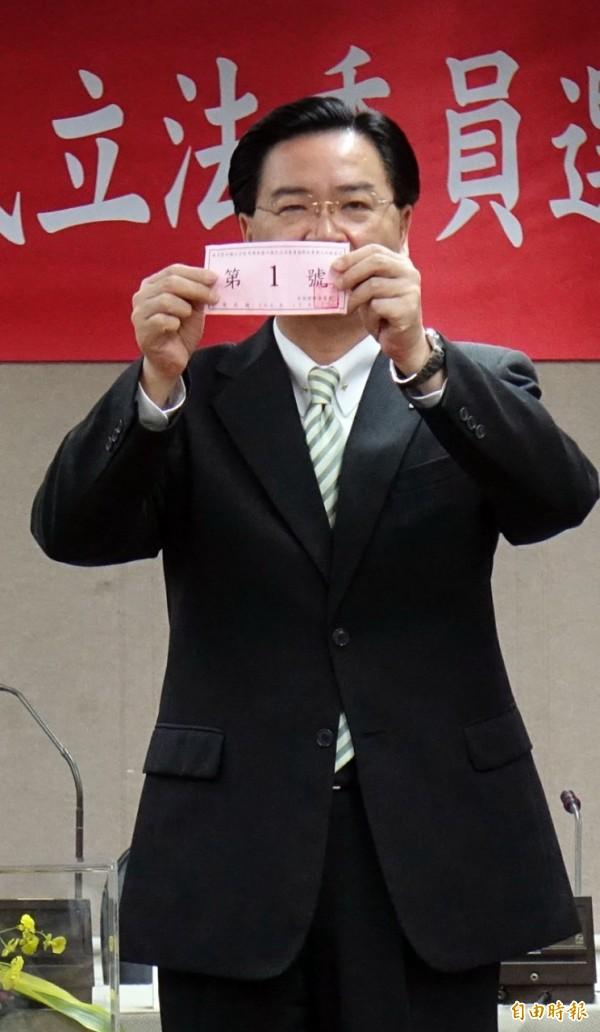中選會不分區立委政黨號次抽籤,民進黨秘書長吳釗燮代表抽中1號籤王。(記者王敏為攝)