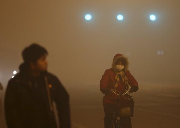 北京於19日上午第二度啟動空污紅色預警,直到23日凌晨才解除,光是過去4天就有11.28萬輛機動車違規,當局更開出高達新台幣5640萬的罰單。(路透)