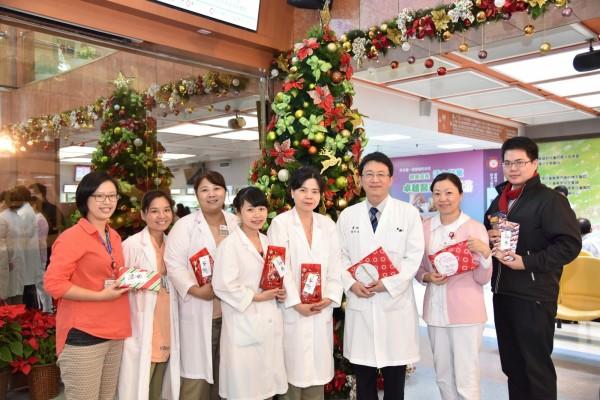 台北馬偕醫療團隊和Haas一家跨海寄來的小禮物合影,右三為馬偕紀念醫院整形外科主任張世幸。(圖由台北馬偕醫院提供)