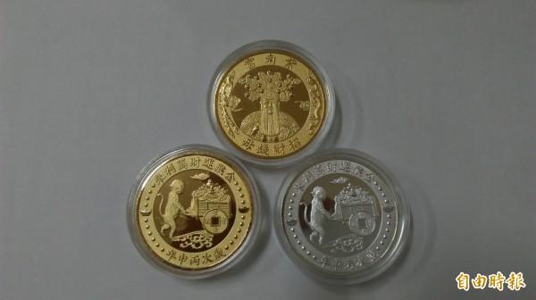 竹山紫南宮明年猴年錢母設計變活潑了,以金猴推著滿車財寶,象徵「金猴運財萬利來」。(記者劉濱銓攝)