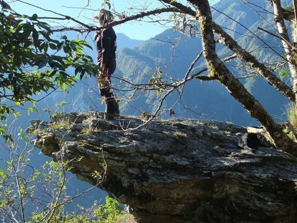 由鄭姓山友領軍的一行登山客,終於在太魯閣境內,海拔1644公尺海鼠山稜線附近,發現與舊照片相似度極高的「天狗岩」,一旁還新伴隨一棵櫻花樹。(鄭姓山友提供)