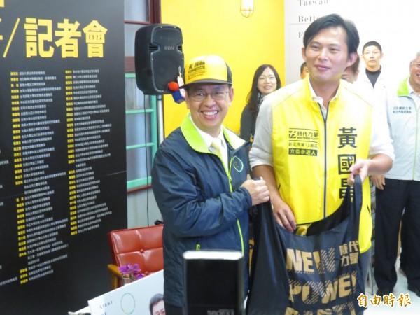 民進黨副總統候選人陳建仁(左)批評馬英九總統,對中研院的批評,是不尊重學術自由。(記者俞肇福攝)