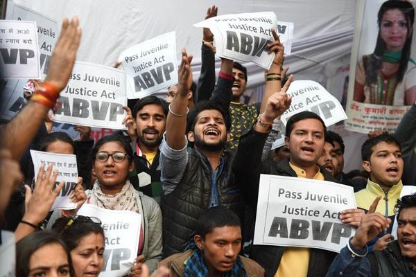 不滿犯下2012年印度巴士輪暴案的青少年犯獲釋,印度國會22日通過修改青少年犯罪法律。(法新社)