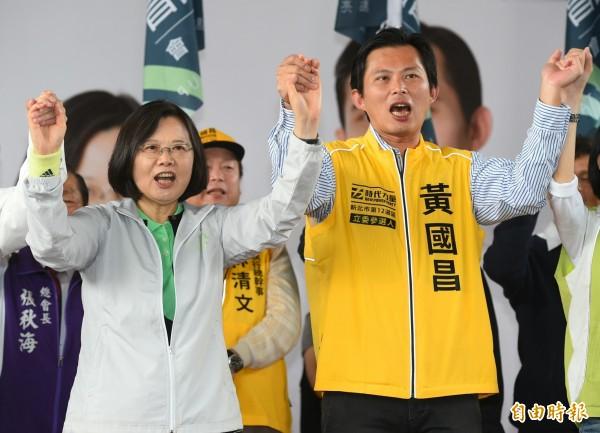 時代力量立委候選人黃國昌(右)遭媒體爆料,指黃的岳父高熙治在中國投資上億元,質疑高喊「反中」的黃國昌是雙重標準。(記者張嘉明攝)