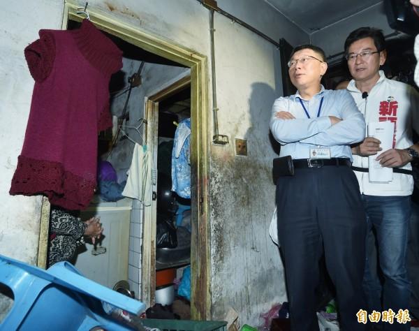 柯文哲與李慶元會勘安康平宅。(記者方賓照攝)