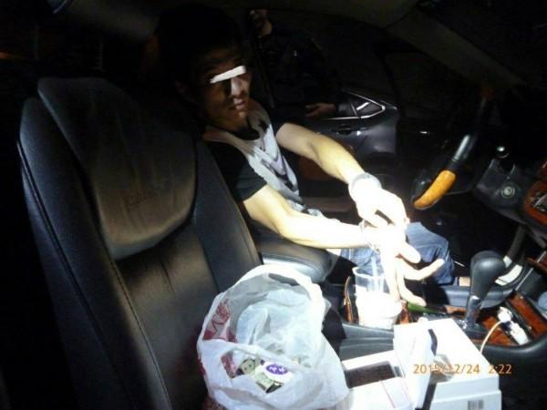 陳姓男子開車違停,被警方搜出藏毒百包。(記者黃佳琳翻攝)