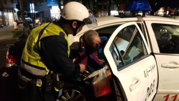警方協助高翁返家。(記者徐聖倫翻攝)