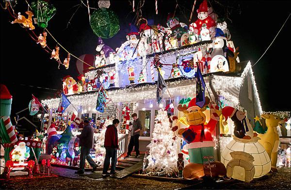 美國智庫統計,全美耶誕燈使用的電力,竟高於薩爾瓦多或衣索比亞等窮國全年的用電量。圖為美國維吉尼亞州亞歷山大市一棟建物的耶誕燈飾,令人目不暇給。(法新社)