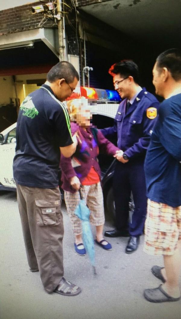 警方協助姚婆婆返家。(記者徐聖倫翻攝)