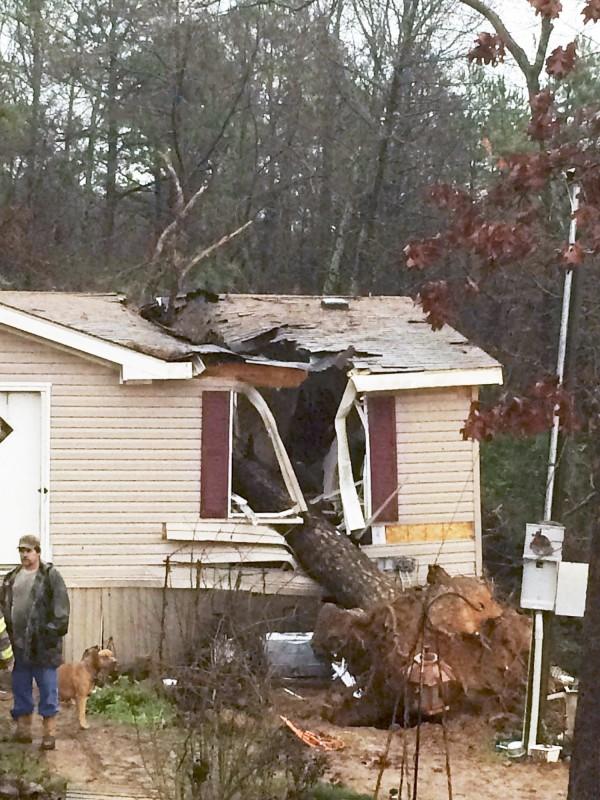 龍捲風侵襲,許多民宅嚴重受損。(美聯社)
