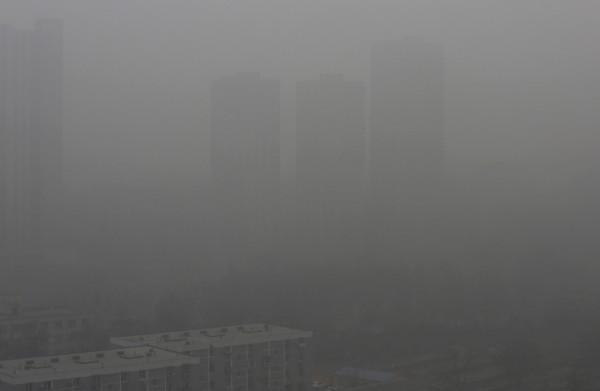 中國首都北京今早再度發布霧霾橙色預警,機場、地鐵的運作均受影響,多條高速公路更因此封閉。(路透)