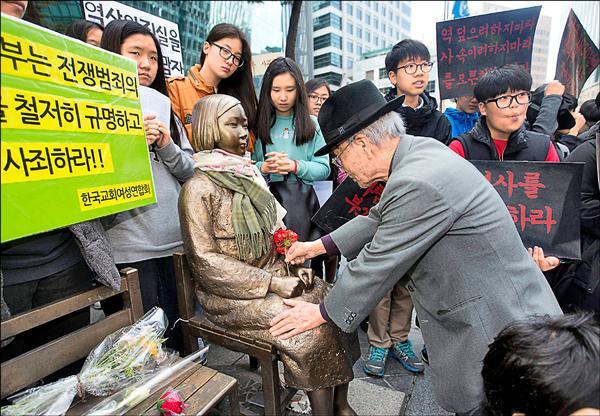 日本政府打算設立基金援助南韓慰安婦,以換取南韓方面不再重提慰安婦問題,並撤除豎立在日本駐首爾大使館前的慰安婦塑像。圖為今年四月南韓民眾在首爾的日本大使館前抗議。(歐新社檔案照)