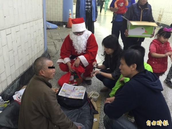 社會局及人安台中平安站關懷街友(記者蘇金鳳攝)