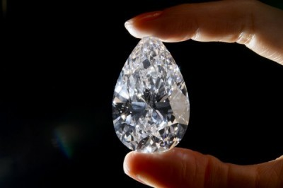 中國女子在珠寶展中起貪念,「囫圇吞鑽」欲盜走鑽石,圖與本新聞無關。(資料照,法新社)