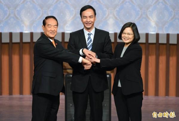 2016總統大選27日登場,3位候選人在開始前握手。(記者張嘉明攝)