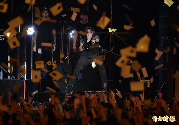 閃靈演唱會,歌迷灑冥紙。(資料照,記者胡舜翔攝)