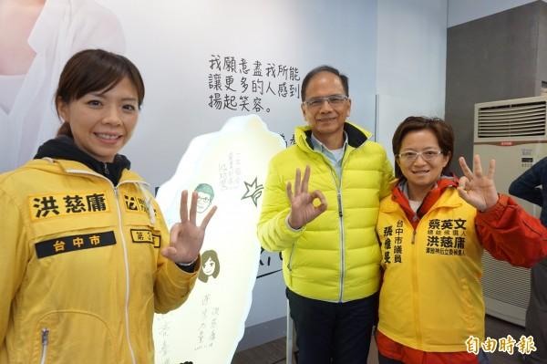 游錫堃在台灣地圖上簽下「一生懸命」等字樣,與洪慈庸合影留念。(記者歐素美攝)