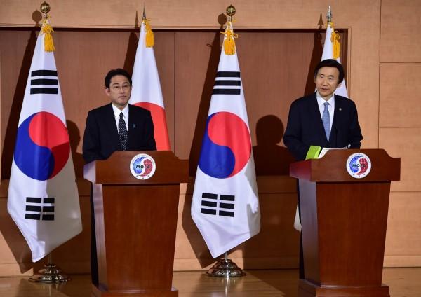 日本外相岸田文雄(左)與南韓外交部長尹炳世(右),今天在首爾就慰安婦問題舉行會談,雙方目前已達共識。(法新社)